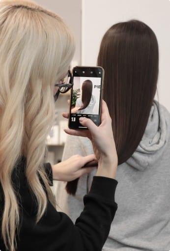 девушка фотографирует прическу